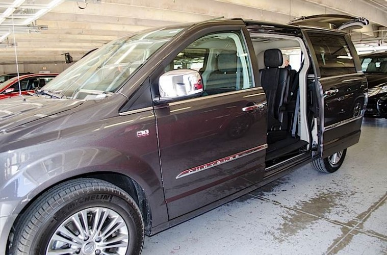 MotorReview_2014 Chrysler Town & Country-0030_HERO